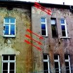 Risse im Putz, im Bereich der Fensterbrüstungen und Fensterstürze