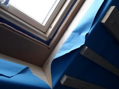 Gutachter Dachfenster kontrolliert die ausreichende seitliche Dämmung.