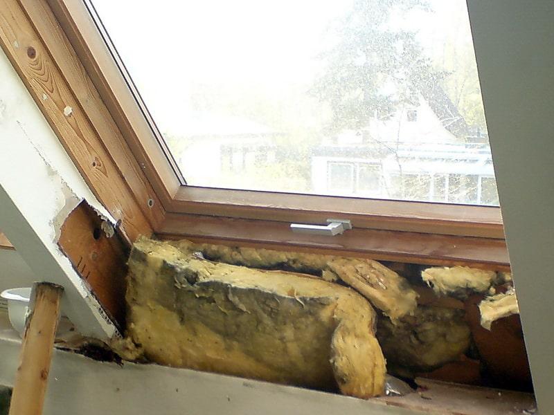 schwarzer schimmel dachfenster mangelhafte Dämmung, später schwarzer Schimmelpilz am Dachflächenfenster