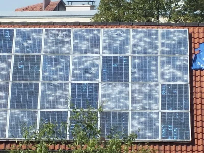 Hagelschaden an Haus zerstörte Photovoltaik-anlagen