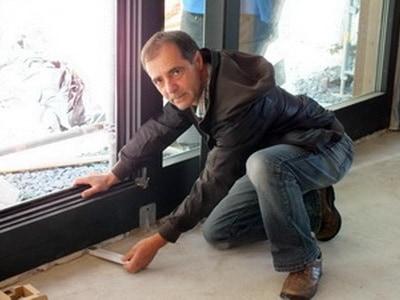 Gutachter Fenstereinbau – Sachverständiger Fenstergutachter ausreichende seitliche Dämmung. Rahmen klemmen, hängen, schleifen