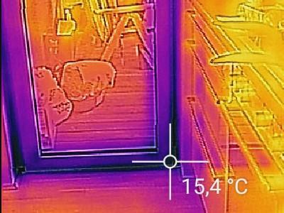 Thermografie machen, um den Schaden zu erkennen Fensterleibung Balkon Schimmel Bauteilöffnungen am Fensterrahmen Fenster nicht mittig zu weit außen zu wenig Dämmung in Fensterleibung Bauteilöffnungen am Fensterrahmen angelaufene Fensterscheiben beschlagene Scheiben Tauwasser