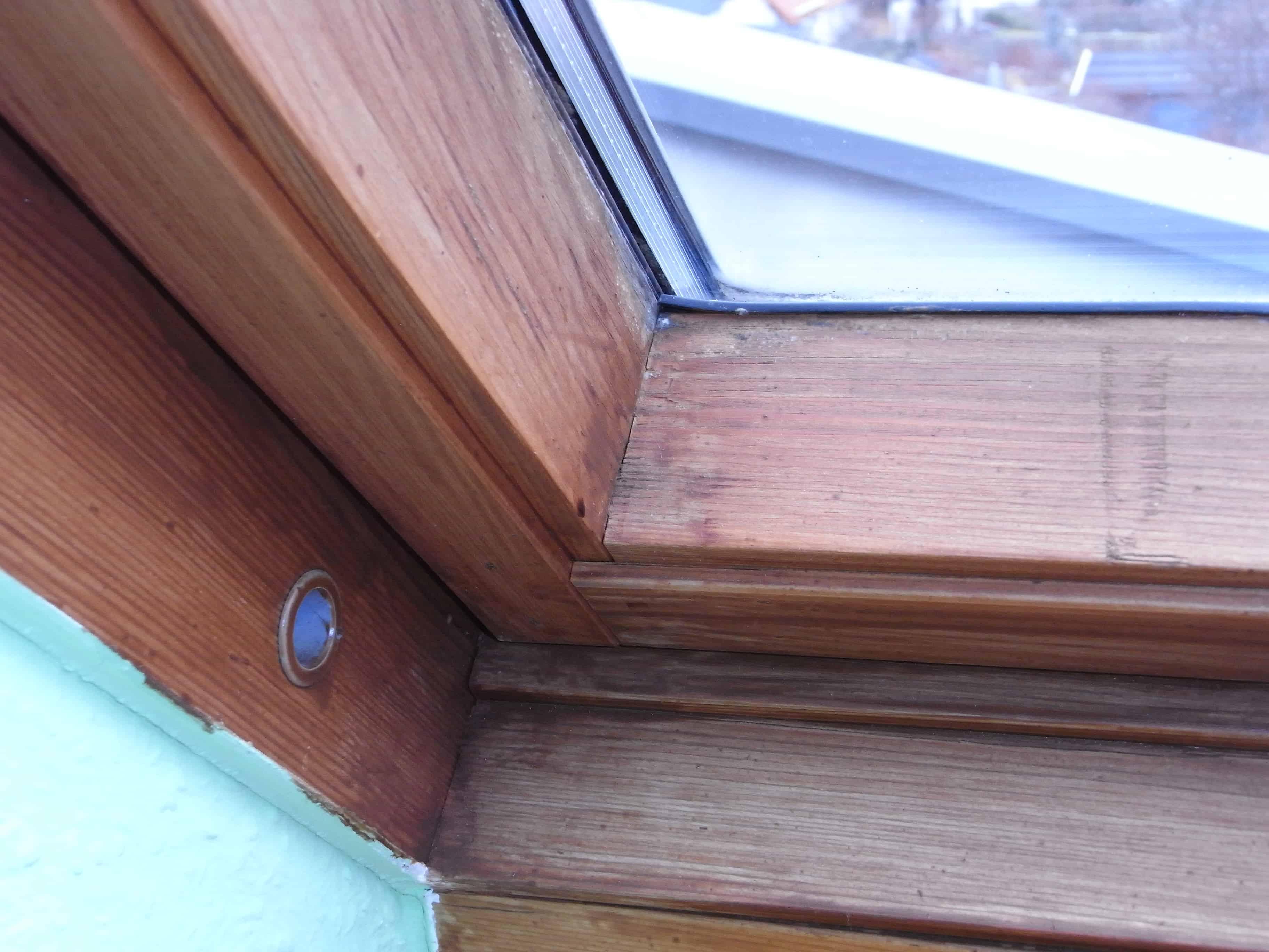 Wand/ Fensterrahmen der schrägen Dachfenster Anschlüsse mangelhaft, nicht gedämmt, Tauwasser