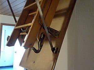 ungedämmte Treppe zum Dachboden Beratung vor Hauskauf, verkaufen Wertbestimmung