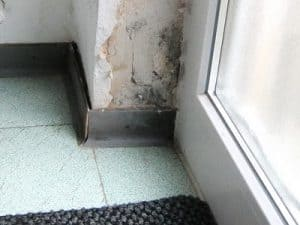 Balkon undicht Isolierung fehlt an Terrassentür , Wasserpfützen
