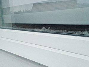 Wasserpfützen Balkon-Tür schimmel angelaufene Fensterscheiben bodentiefe Fenster Scheiben beschlagen Terrassentür