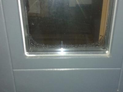 angelaufene Fensterscheiben undicht bodentiefe Fenster zu wenig Dämmung beschlagene Fensterelemente